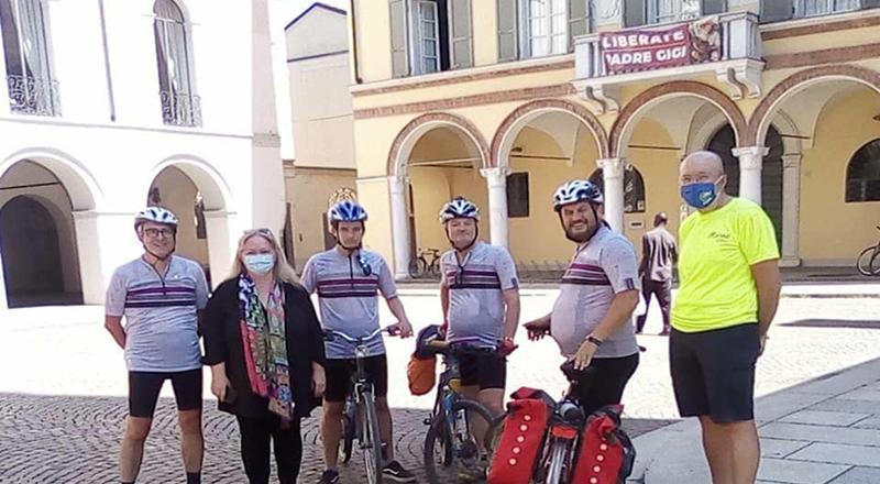 L'assessore alla Cultura di Crema Emanuela Nichetti e quattro ciclisti a zonzo anche per il Granducato del Tortello