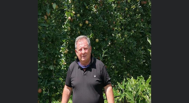 Ma che ci fa un mistico Mario Barbieri tra le mele? Meditando sta forse festeggiando il Milan è la Cremonese?