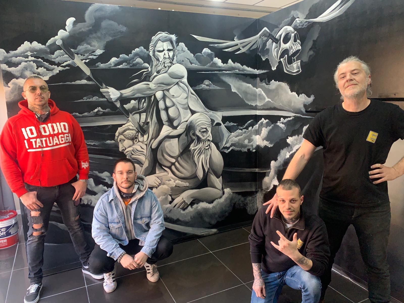 """L'artista Mauro Leuci (Chapeau) ha realizzato un capolavoro artistico """"alla corte tatuatoria"""" di Gian Regazzetti"""