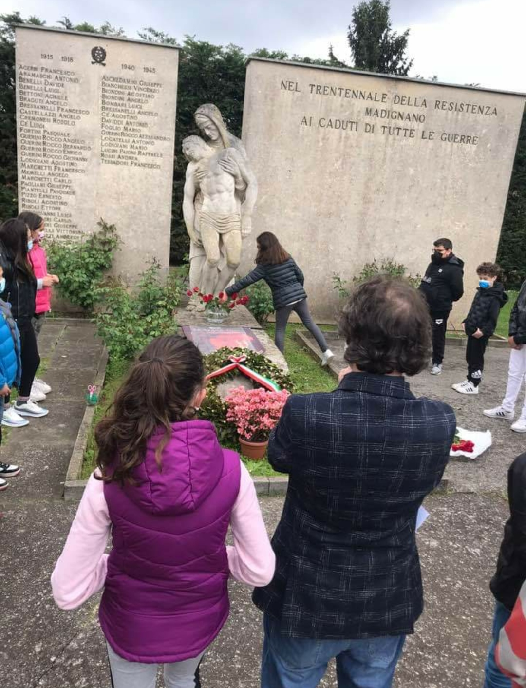 Alex Corlazzoli e i suoi alunni tornano a posare fiori e il manifesto dell'Anpi al monumento ai caduti di Madignano. L'amministrazione comunale li lascerà al loro posto?
