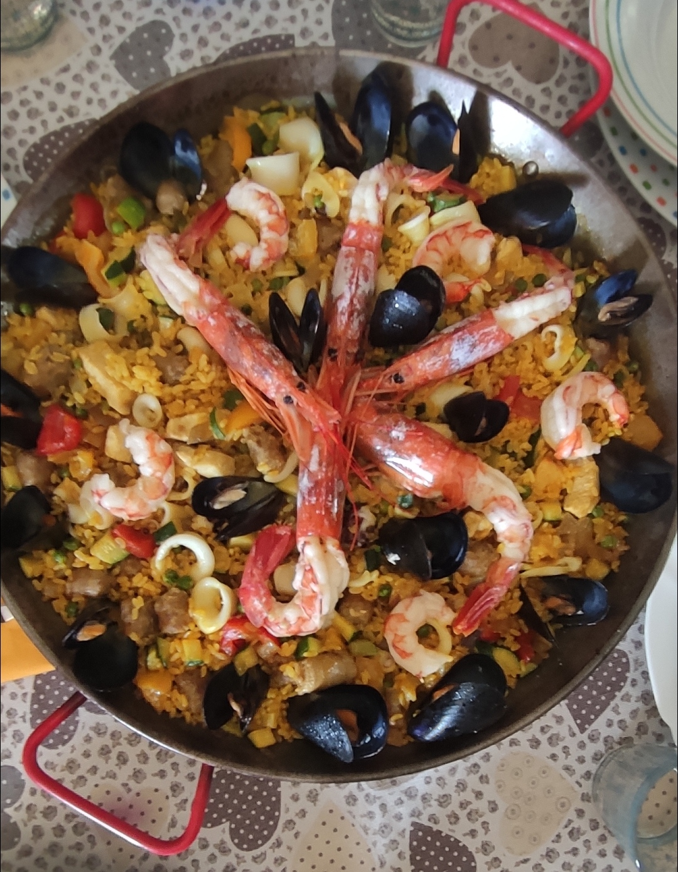 """La paella buona, ricca, gustosa e sensuale mangiata come ad Alicante, Minorca o Valencia? Tvb Food ve la porta a casa vostra. A abbinata al """"Tellus Roè"""" spacca"""