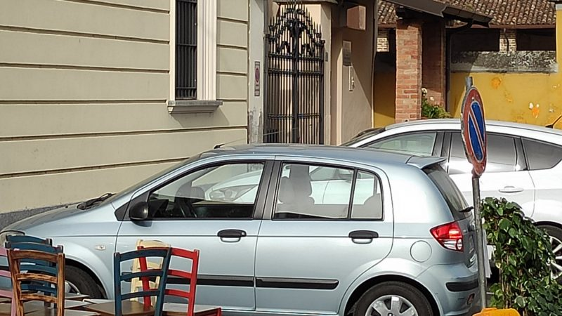 Ah … che parcheggi creativi a Montodine, proprio dove, in una zona così e così, l'Osteria del Torre (quella dell'Oste Dandy d'Italia) avrebbe l'estivo. Mah!