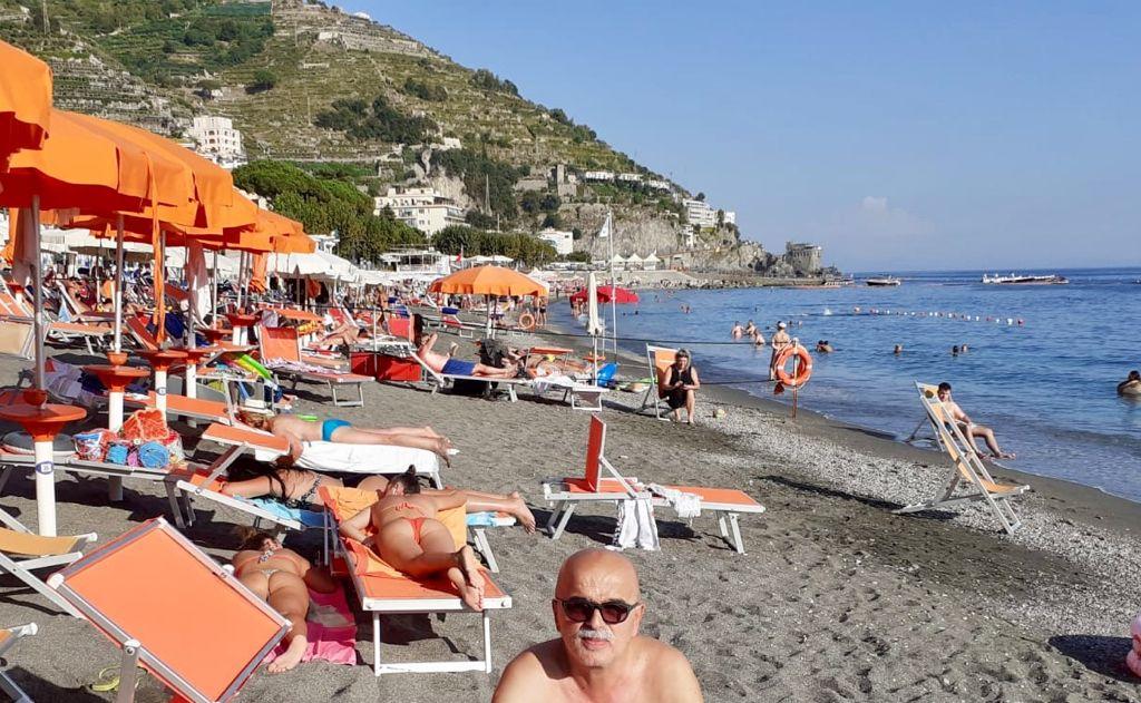 Clamoroso in Costiera: Giulio King Giordano, Re dei Paparazzi campanocremaschi, paparazzato in spiaggia, stile Mike Antonaccio
