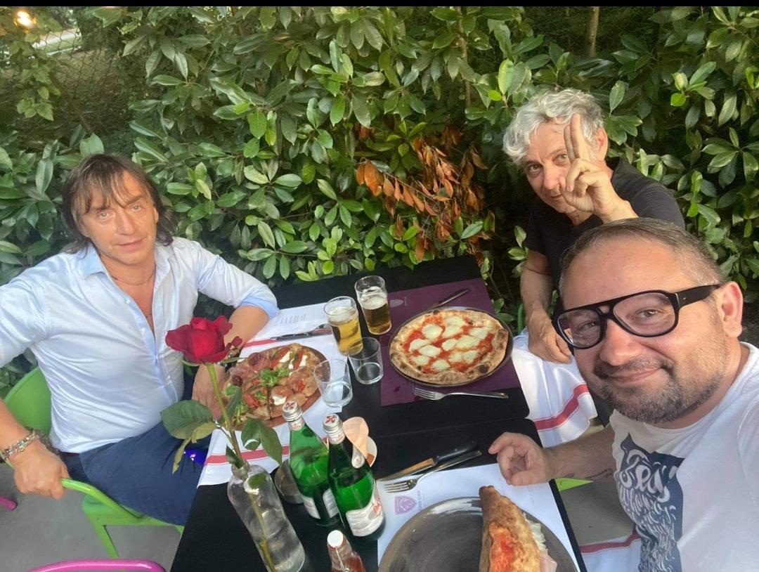 Attenti a quei tre: che ci fanno, a cena all'Anima Romita, Alberto Doldi, Beppe Riboli e Damiano Rey? Gatta ci cova?