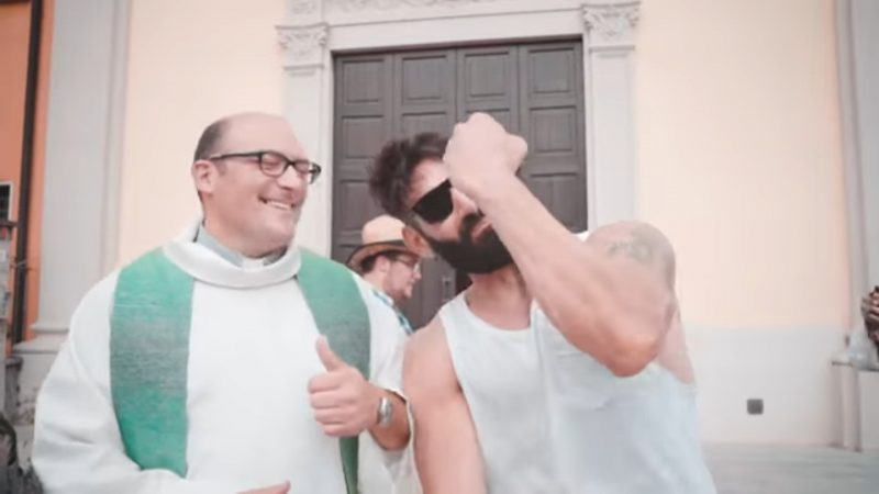 Grandioso a Capralba, Borgo famoso (anche) per i Tortelli Eretici (ma non solo) di Farinate: don Emanuele Barbieri presente nell'ultimo video musicale del Bosio