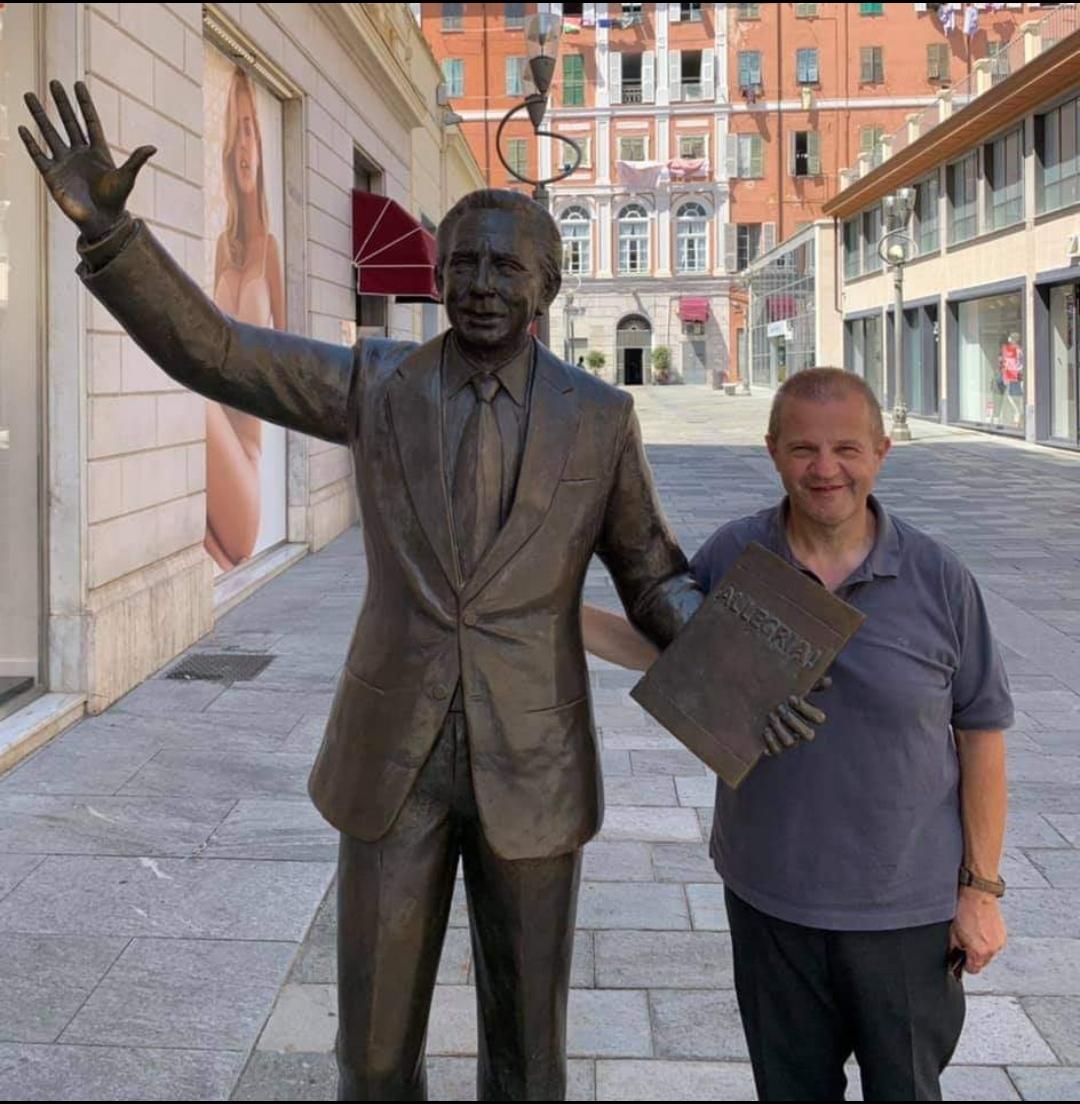 Ah che Finestra sul Mondo che sa d'Allegria la foto sanremese di don Lorenzo Roncali, con la statua di Mike Bongiorno