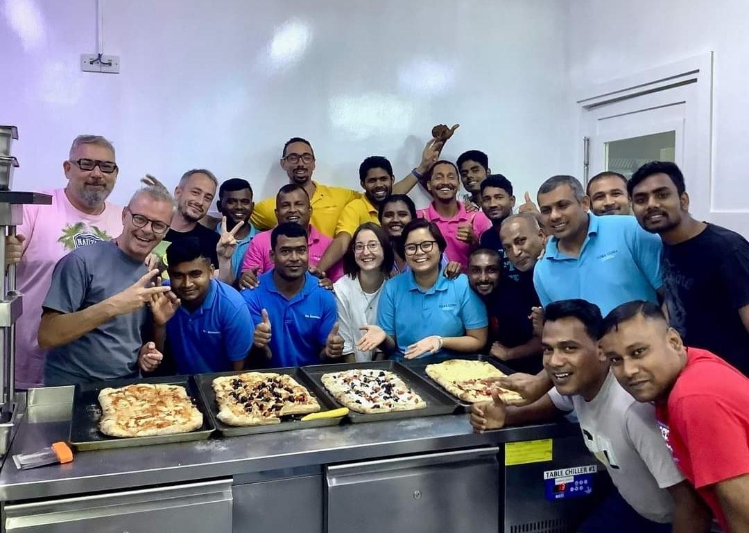 Il Maestro pizzaiolo Aleandro Bruno Barbieri, aspettando riapra BB pizza a Crema è impegnato al forno del grande Resort Cora Cora Maldives