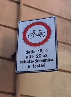 Le biciclette continuano a sfrecciare tra pedoni e negozi nelle vie centrali del commercio cittadino a Crema, capitale del Granducato del Tortello