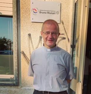 Don Lorenzo Roncali, parroco di San Bernardino Fuori Le Mura e Vergonzana a Crema e insegnante augura, con gioia, buona scuola a tutti