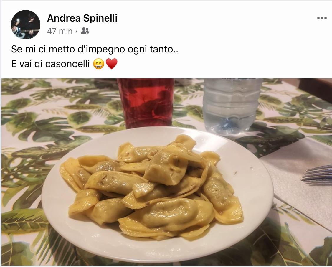 Ah che monello è il cantautore Andrea Spinelli: anziché regalare una Finestra sul Mondo ai Tortelli Cremaschi si è dato ai Casoncelli