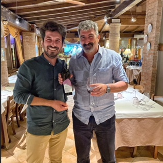 Ah che invitante Finestra sul Mondo il Bomber Dario Hubner e il viticoltore Davide Lazzari fotografati all'Antica Osteria del Cerreto