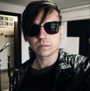 La nuova alba del cantautore RockIndie Andrea Spinelli in poesia, dopo il nuovo taglio e look Made in Alessio Resimini Lookologo illuminato